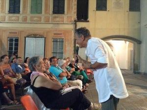 Mauro in Piazzetta San Francesco a Chiavari per la serata sui Bambini indaco